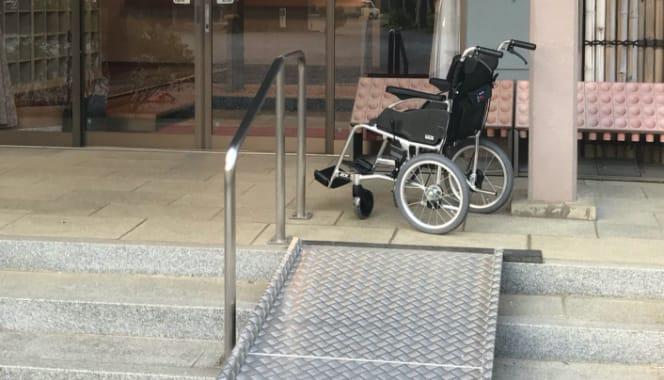 本堂・客殿ともに百人以上収容が可能です。全て椅子ですので、皆様安心してご利用いただけます。また、バリアフリーに対応しており、本堂・客殿用の車椅子をご用意しております。